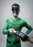Superhero die met creditcard winkelen Royalty-vrije Stock Afbeelding