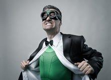 Superhero die overhemd en jasje opstijgen Royalty-vrije Stock Foto's
