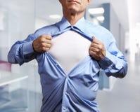 superhero Hombre de negocios maduro que rasga su camisa apagado en oficina Fotos de archivo libres de regalías