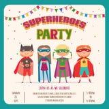 superhero Kortinbjudan med gruppen av gulliga ungar stock illustrationer