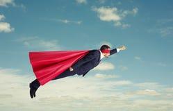 Superhero som högt flyger arkivfoto