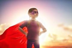 Superhero van meisjesspelen stock fotografie