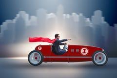 Superheroaffärsmannen som kör tappningroadster royaltyfri bild