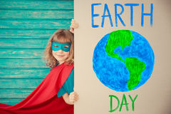Superherobarn brown räknad dagjord som miljölövverk går den gående gröna treen för text för slogan för ordstäv för kramnaturuttry Royaltyfri Foto