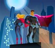 Superheroes op een wolkenkrabberdak Stock Afbeeldingen