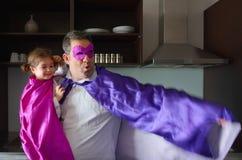 Superherofader och barn royaltyfri bild
