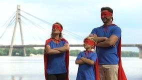 Superherofamilie die, groepswerk, gezamenlijke oplossing van moeilijkheden zich onbevreesd bevinden stock videobeelden