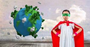 Superheroflickan med himmelmoln vägg och planet jordar en kontakt världen arkivfoton