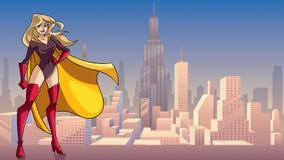 Superheroine, der in der Stadt groß steht Lizenzfreie Stockfotos