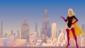 Superheroine som framlägger i stad med Copyspace Arkivfoto