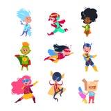 Superherojonge geitjes Kinderen die in superheroeskostuums dragen Karton cosplay vectorset van tekens stock illustratie