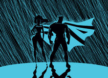 Superheropaar: Mannetje en wijfje superheroes, stellend vooraan o Royalty-vrije Stock Afbeelding