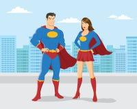 Superheropar med stadshorisontbakgrund Arkivbild