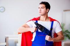 Superherorepairmanen med hjälpmedel i reparationsbegrepp Royaltyfri Foto