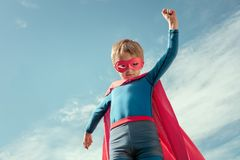 Superherounge i röd udde och maskering Arkivbild