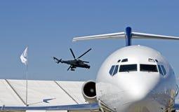 Superhind und ein Strahlenverkehrsflugzeug Stockbild