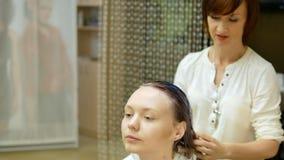 Superimposition włosiany gel moczyć klienta ` s włosy w piękno salonie czysty zbiory