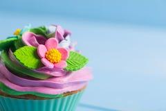 Superior colorido cremoso do queque do close up decorado com colorido Fotos de Stock