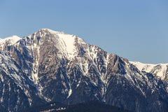 Superior da montanha coberto na neve Imagens de Stock Royalty Free