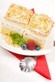 _superior vista of azotar poner crema torta adornar con baya Fotografía de archivo