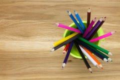 Superiore vista del contenitore riempita di matite di coloritura Immagini Stock