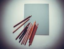 Superiore vista delle matite e degli strati di carta Fotografie Stock