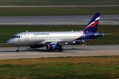 Superjet 100 Aeroflots Sukhoi, der an internationalem Flughafen Sheremetyevo mit einem Taxi fährt Stockfotografie