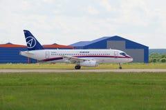 Superjet 100 de Sukhoi de los aviones de pasajero en la pista del aeropuerto de Zhukovsky Salón aeronáutico MAKS-2017 Imagen de archivo