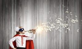 Superkid med trumpeten Arkivfoton