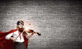 Superkid som spelar fiolen Arkivbild