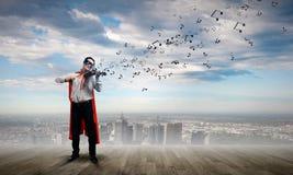 Superman com violino Imagens de Stock Royalty Free