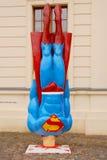 Supermann, der zum Boden zusammenstößt Stockbild