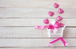 Supermarché de caddie avec le boîte-cadeau, coeurs roses image libre de droits