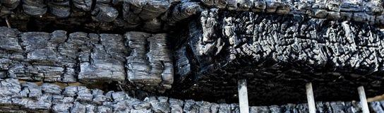 Supermarché endommagé après le feu d'incendie criminel avec des débris de brûlure de structure métallique tordue après la combust photos libres de droits