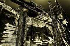 Supermarché endommagé après le feu d'incendie criminel avec des débris de brûlure de structure métallique tordue après la combust images stock