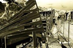 Supermarché endommagé après le feu d'incendie criminel avec des débris de brûlure de structure métallique tordue après la combust photographie stock
