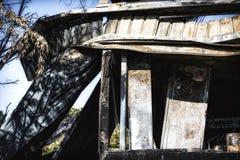 Supermarché endommagé après le feu d'incendie criminel avec des débris de brûlure de structure métallique tordue après la combust photos stock