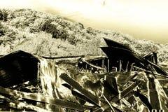 Supermarché endommagé après le feu d'incendie criminel avec des débris de brûlure de structure métallique tordue après la combust photo libre de droits