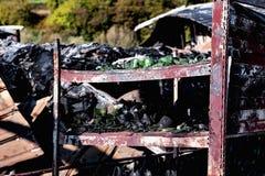 Supermarché endommagé après le feu d'incendie criminel avec des débris de brûlure de structure métallique tordue après la combust photo stock