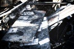 Supermarché endommagé après le feu d'incendie criminel avec des débris de brûlure de structure métallique tordue après la combust image libre de droits