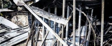 Supermarché endommagé après le feu d'incendie criminel avec des débris de brûlure de structure métallique tordue après la combust images libres de droits