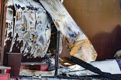 Supermarché endommagé d'industrie après le feu d'incendie criminel avec des débris de brûlure de structure en bois métallique tor photographie stock libre de droits