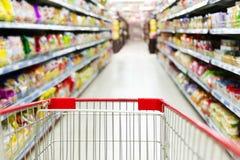 Supermarché rouge à l'intérieur du caddie vide photo libre de droits