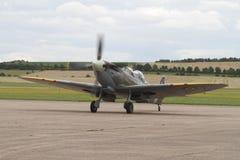 Supermarine烈性人2 seater前面四分之三视图-收税在跑道在Duxford机场 库存图片