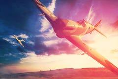 Supermarine hetlevrad person i fligjt med moln under solnedgång Arkivfoto