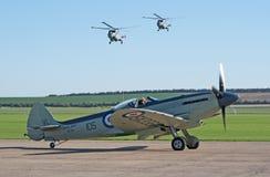 Supermarine Seafire met twee helikopters van de Lynx Stock Afbeelding