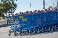 Supermarketów wózek na zakupy Francuski gatunek hiper- U obraz stock