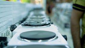 Supermarket av konsumentelektronik, avdelning av elektriska pannor arkivfilmer