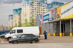 Supermarket Castorama Päfyllning av köp i bilar Fotografering för Bildbyråer