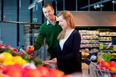 Supermarket Couple Royalty Free Stock Photography